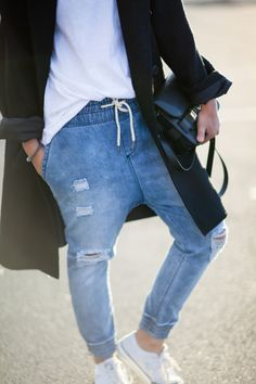 ps11-drop-crotch-ripped-distressed-jeans-converse-streetstyle Jeans And Converse, Blue Jeans, Boyfriend Jeans, Mom Jeans, Drop Crotch Joggers, Jogger Pants Outfit, Harem Jeans, Simple Style, My Style
