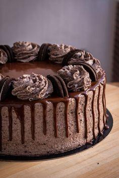 Receta tarta de Oreo y chocolate con bizcocho, fácil y rápida de preparar | Sin buttercream | Chocoreto Recetas Chocolates, Cake, Oreo, Desserts, Food, Chocolate Sponge Cake, Sweets, Pies, Tailgate Desserts