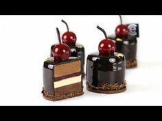 Hoy haremos una Tarta Selva Negra Individual. Compuesta de Bizcocho de chocolate, Crema Namelaka, gelatina de cereza, y Mousse de chocolate.
