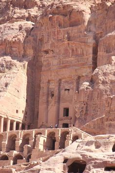Visitors come to see Petra from all over the world, including tourists exploring Israel, for whom Petra is a day trip. Ancient Mysteries, Ancient Ruins, Ancient History, Mayan Ruins, Ancient Greek, Great Places, Beautiful Places, Places To Visit, Ancient Architecture