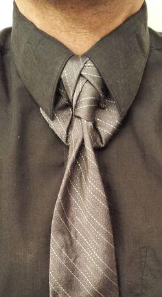 THE RELATIVITY KNOT (BY BORIS MOCKA AKA THE JUGGER KNOT) Cool Tie Knots, Cool Ties, Tie A Necktie, Necktie Knots, Suit Guide, Tie Styles, Men's Wardrobe, Dress For Success, Tie Dress
