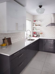 Small kitchen ideas and designs for your small house or apartment, stylish and efficient - Modern kitchen ideas with island and storage organization Home Decor Kitchen, Kitchen Interior, New Kitchen, Kitchen Dining, Kitchen White, Kitchen Ideas, Kitchen Corner, Wall Tiles For Kitchen, Kitchen Backsplash