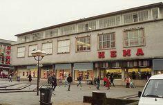 De Hema, de grote ingang nog aan het Beursplein in Rotterdam. Zodra je binnen kwam rook je de worst al. Rotterdam Netherlands, As Time Goes By, Most Beautiful Cities, Best Cities, South Park, Belgium, Holland, Amsterdam, Dutch