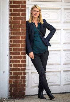 Well suited: Claire was dressed in Carrie's go to I'm-CIA-pretending-not-to-be-CIA uniform of tight skinny leg jeans with a dark green silk shirt and a suit jacket Carrie Mathison, Spy Shows, Work Fashion, Fashion Outfits, Dramatic Classic, Claire Danes, Netflix, Green Silk, My Princess