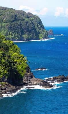 The dramatic coastal road to Hana ~ Hawaii