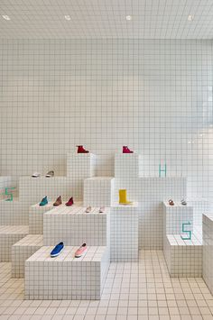 Ceramic tiles arranged in a grid pattern line the interior of this children's shoe store in Barcelona by local studio Nábito Store Concept, Vitrine Design, Espace Design, Shoe Display, Window Display Design, Display Ideas, Store Interiors, Retail Interior, Interior Shop