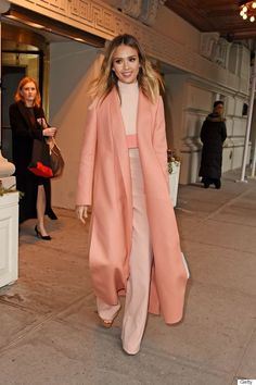 Monochromatic Colour - Jessica Alba is wearing an all-pink outfit. The different shades of pink are all light, and make her look happy and kind. The high-waisted pants and trench coat add lots of length to her figure. Mode Monochrome, Monochrome Outfit, Monochrome Fashion, Look Fashion, Autumn Fashion, Fashion Outfits, Womens Fashion, Fashion Trends, Fashion Tag