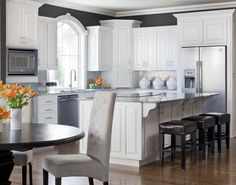 peinture cuisine cottage chic en couleur graphite et armoires blanches
