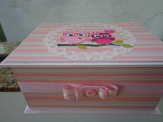 Caixa de MDF toda decorada em scrapbook com aplicações de perolas e interior e fundo da caixa laqueado. <br>Fazemos em outras cores e modelos. <br>Como é um produto artesanal, podem haver pequenas diferenças entre uma produção e outra.