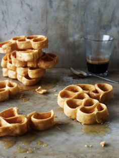 Fried pastry loops with honey (origliettas)