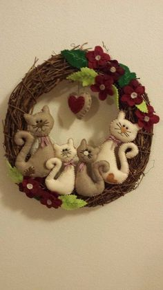 Many great wreath designs for winter besides cats and christmas – Artofit Christmas Animals, Felt Christmas, Christmas Wreaths, Christmas Crafts, Christmas Decorations, Xmas, Christmas Ornaments, Cat Crafts, Diy And Crafts