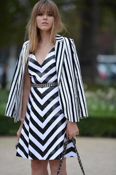 A black and white zig zag. Kristina Bazan got us used to a style climax, growing and evolving until enchanting us during fashion weeks and worldwide events. In this show-stopping style she interpreted the black and white theme empowering the effect with a match of dress and jacket, both striped but with different motifs. The result is a non usual and fresh look thanks also to the perfect make-up and hair style.
