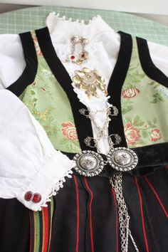 Her er skjorta som eg hadde som åring, no skal den i bruk igjen! Folk Costume, Costumes, Traditional Outfits, 9 And 10, Norway, Youth, Clothes, Google Search, Fashion