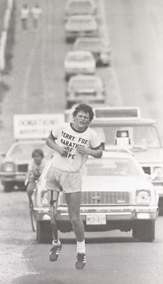 Terry Fox hoped to raise one dollar for each of Canada's 24 million people, a goal he met despite being forced to end his run after 143 days and kilometers when his cancer spread to his lungs. He died nine months after being forced to end his marathon. I Am Canadian, Canadian History, Canadian People, Canadian Things, Retro Pictures, Retro Pics, Sports Pictures, Moving Pictures, Sports