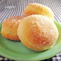 クックパッドで話題入りしたレシピです。油で揚げるのが面倒なドーナツが、フライパンでできる!じっくり揚げ焼きすることでお店の味に負けないドーナツができます。