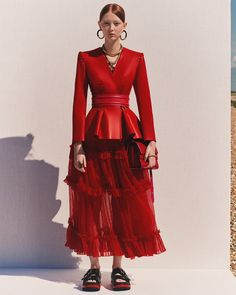 Alexander McQueen Resort 2020 Fashion Show Collection: See the complete Alexander McQueen Resort 2020 collection. Look 2 Fashion Week, Look Fashion, High Fashion, Fashion Show, Couture Fashion, Alexander Mcqueen, Vogue Paris, Backstage, Leather Dresses