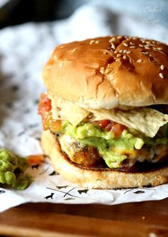 Taco Burgers: this is what Taco Tico was for. I wonder who had the original Taco Burger? Guacamole Burger, Taco Burger, Guacamole Salsa, Beef Burgers, Mexican Food Recipes, Beef Recipes, Cooking Recipes, Hamburger Recipes, Hamburgers