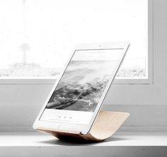 Die einfachen iPad Halter aus Holz oder Kunststoff sind in drei Winkeln für Hoch- und Querformat einstellbar. Hier entdecken und shoppen: http://sturbock.me/wLb