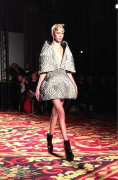 Iris van Herpen présente la toute première robe flexible réalisée avec de la peinture 3D