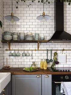 Excellent modern kitchen room are offered on our internet site. Read more and you wont be sorry you did. Kitchen Dining, Kitchen Decor, Kitchen Cabinets, Vintage Apartment, Cuisines Design, Kitchen Styling, Kitchen Interior, Vintage Kitchen, Home Remodeling
