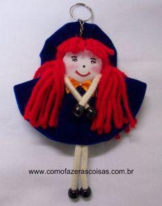 Aprenda de um jeito simples a fazer um lindo chaveirinho com uma boneca de fuxico de tecido. Confira