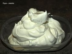 Une recette de chantilly inratable et qui se tient super bien et qui est vraiment simple à faire. Le mélange existe déjà dans les grandes surfaces mais la faire soit même revient beaucoup moins cher. J'ai trouvé cette recette sur le beau blog de Julia...