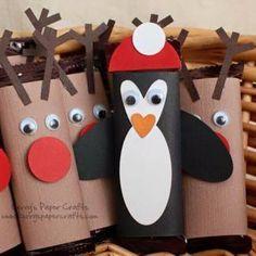 Manualidades navideñas con rollos de papel Muñecos de nieve En la imagen vemos una idea sencilla pero encantadora: pintando los rollos con témpera blanca ya tenemos la base para estos muñecos de ni...