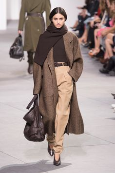 Michael Kors Collection Fall 2017 Ready-to-Wear Fashion Show in 2020 Casual Work Outfits, Mode Outfits, Work Casual, Stylish Outfits, Fashion Outfits, Preppy Outfits, Fashion Tips, Look Fashion, Runway Fashion