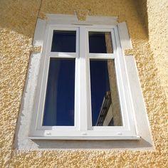 Ekstrands PVC fönster går att få i flertalet olika utföranden. Här är ett s.k. flaggfönsterutförande på ett 2-lufts fönster med glasdelande poster. Ekstrands PVC fönster Komposit70 är en inåtgående konstruktion med smart ventilationsfunktion.  #Ekstrands #fönster #parfönster #inåtgåendefönster #PVC #PVCfönster #Komposit70 #arkitektur #inspiration #hus #flaggfönster