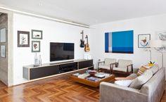 Uma parte do mobiliário do apartamento com 160 m² em São Paulo, nasceu no próprio escritório responsável pela obra, como o rack que dá apoio a TV. O arquiteto Renato Dalla Marta, do AUM Arquitetos, trocou o piso por tacões de cumaru, instalou luminárias pendentes na sala de estar e revelou o concreto antes escondido