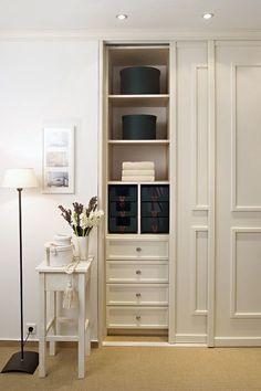 Schrank im skandinavischen Stil mit weißen Kassettentüren und passenden Schubladen