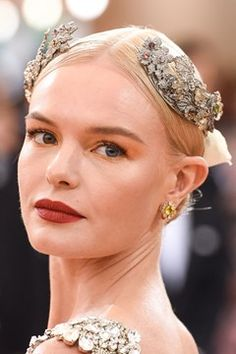 Browse the Vogue edit of the best red carpet beauty from the Met Ball All the celebrity hairstyles and make-up looks from the Met Gala Red Carpet Hair, Red Carpet Looks, Celebrity Outfits, Celebrity Hairstyles, Blue Crush, Exotic Women, Gold Eyeshadow, Gala Dresses, Kate Bosworth