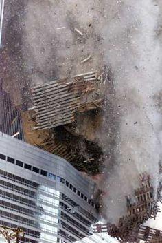 """9/11/2001 - Torre 2 estrellarse contra el hotel Marriott (llamada la """"Vista"""") en la calle West. Es el restaurante principal se miró en el Plaza en el entresuelo a través de toda una pared de ventanas de cristal. Luz y brillante y buena comida también."""