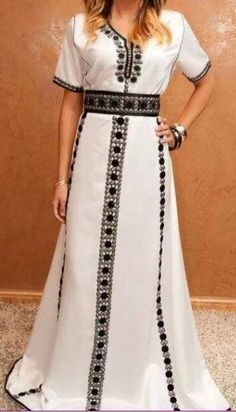 The bottom of this dress is beautiful. Oriental Dress, Oriental Fashion, Moroccan Caftan, Caftan Dress, Gowns Of Elegance, African Print Fashion, Abaya Fashion, Embroidery Dress, Mode Style
