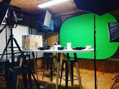 Solo nuestros #poolers podrían convertir una sala de juntas en un pequeño estudio de grabación.