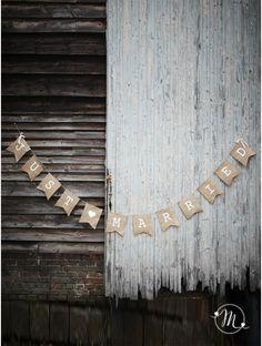 Banner juta Just Married.  In juta marrone con lettere bianche dipinte.  Arricchito con merletto e cordino per appenderlo.  Misure: 20.5 x 24 cm.  Lunghezza 2.5 metri. In #promozione #matrimonio #weddingday #wedding #ricevimento #insegne #decorazioni #luci #banner #illuminatedsigns #decorations #lights #justmarried