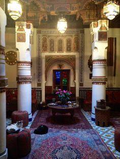 Maison Mnabha - um pequeno Ryad onírico, oculto na labiríntica zona de Kasbah (Marrakesh). Encontrei um dos donos, Lawrence, um fascinante senhor inglês, a fumar no terraço, vestido com uma longa túnica marroquina. Falou-me como se me conhecesse desde sempre e senti-me estranhamente em casa. Home Decor, Lord, Dress, Smoking, Houses, Occult, Decoration Home, Room Decor, Interior Decorating