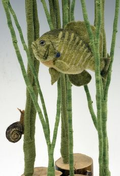 It shows us that we don't have to stop with just one object, but can create an entire scene in felt. Frog's Pond (close up Martina Celerin. Needle Felted Animals, Felt Animals, Wet Felting, Needle Felting, Soft Sculpture, Sculptures, Wooly Bully, Felt Fish, Wool Art