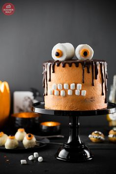 It's almost here and I have no idea what to do about Halloween costumes, but I do know that this 5 Minute Halloween Snack Mix is totally happening! Halloween Buffet, Cute Halloween Food, Bolo Halloween, Halloween Torte, Pasteles Halloween, Halloween Treats, Halloween Desserts, Halloween Monster Torte, Whoopie Pies