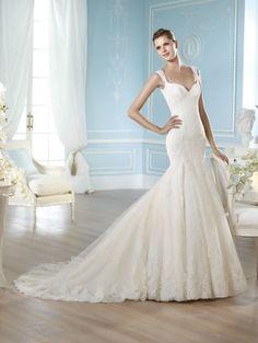 Robe de mariée cobalto prés du corps, dans un style glamour de forme sirène, ajustée sur les hanches la robe de mariée Cobalto SAN PATRICK 2014 est toute en dentelle de calais avec une longue traîne [...]