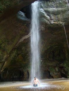 """Cachoeira nas proximidades da caverna """"Refúgio do Maruaga"""" em Presidente Figueiredo, estado do Amazonas, Brasil.  Fotografia: glaubercr em www.mochileiros.com"""