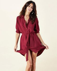 This classic shirt dress features a dipped back and tie detail to the front. It is a timeless piece, which is flattering and versatile. Nice Dresses, Casual Dresses, Ladies Dresses, Women's Dresses, Dresses Online, Sixth Form Outfits, Dress Outfits, Fashion Outfits, Work Outfits
