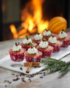 Pepparkaksmuffins med ädelosttopp Christmas Cupcakes, Christmas Sweets, Christmas Baking, Christmas Wishes, Christmas Diy, Swedish Christmas Food, Candy Recipes, Dessert Recipes, Swedish Recipes