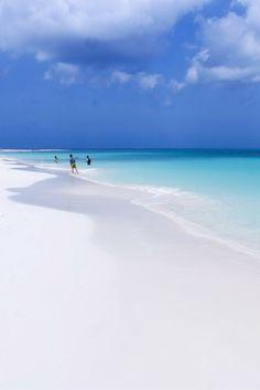 Schneeweißer Sandstrand vom Eagle Beach Aruba: Das ist der schönste Strand der… Snow-white sandy beach from Eagle Beach Aruba: This is the most beautiful beach in the Caribbean. Beautiful Places To Travel, Most Beautiful Beaches, What A Beautiful World, Eagle Beach Aruba, Aruba Beach, Aruba Aruba, Photography Beach, Photography Winter, Sports Nautiques