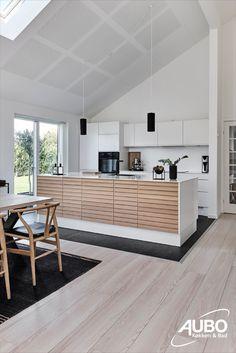 Oak Line fremkalder egetræets fineste egenskaber i et design, hvor form, materialer og funktion går op i den højest tænkelige enhed.  #køkken