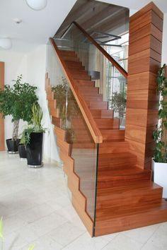 Дизайнерская лестница. Ступени на бетоне,  стеклянные ограждения с поручено,  столбы