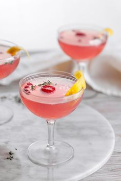 This pomegranate sparking cosmo is an excellent addition to any brunch you might want to serve your friends to tell them how much you love them! Gin, Cointreau Cocktails, Pomegranate Drinks, Summer Drinks, Clean Eating Snacks, New Recipes, Vodka, Food Photography, Wedding Ideas