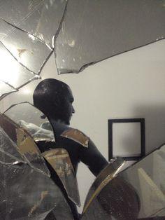 Ego, Dimas Casco - espelho, fotografia digital,  fitas adesivas e violência. 2012, parte da 1º Galeria Pássaro