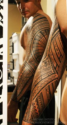 Mike Fatuota (Samoan Mike) in Vegas - this is beautiful polynesian design in the. Mike Fatuota (Samoan Mike) in Vegas - this is beautiful polynesian design in the. Maori Tattoo Frau, Tatau Tattoo, Ta Moko Tattoo, Samoan Tattoo, Badass Tattoos, Arm Tattoos, Life Tattoos, Body Art Tattoos, Sleeve Tattoos