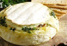 Engordado a la fuerza con chalotas acarameladas y pesto de hierbas frescas. 4-6 personas • 20 minutos 1 queso camembert grande (12cm diámetro aprox.) 2 chalotas 1 cucharada de azúcar morena 1 tapit…